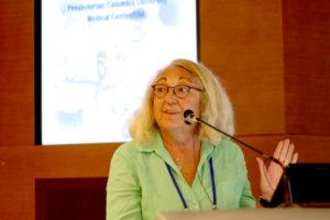 早期離床における看護師の役割について講演する Cynthia Fine氏